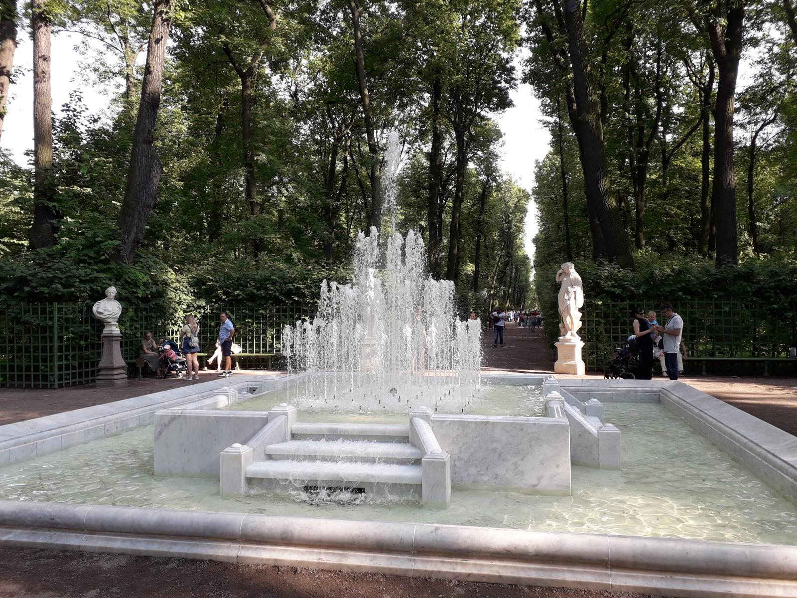 Foto de Summer garden and Griboyedov Canal