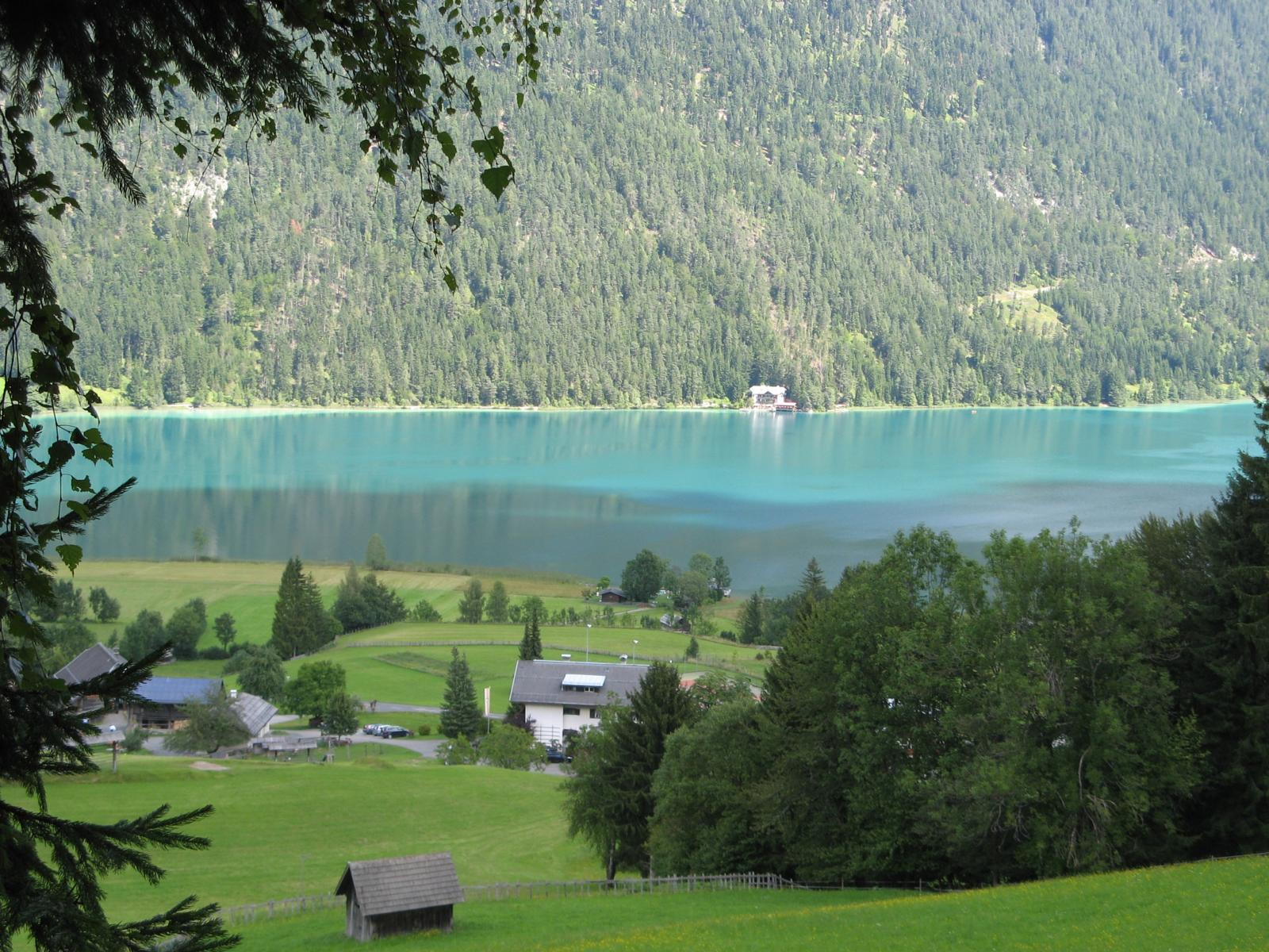 Foto de Above Weissensee (Weißensee) lake to Naggler alm